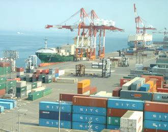大型コンテナ船から荷揚げや積み荷を行う作業